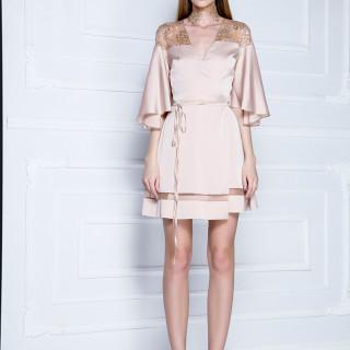 Ogrtač-haljina od svilenkastog satena i štras-čipke